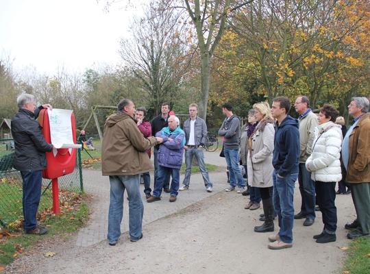 Rik De Vis gidst een groep door het groen van de Flora in het Liedermeerspark